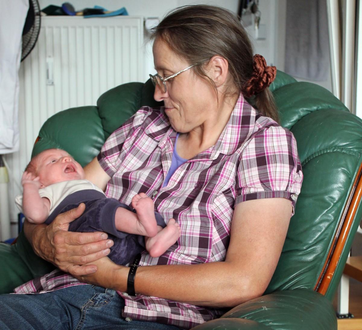 Julias erster Besuch von Oma